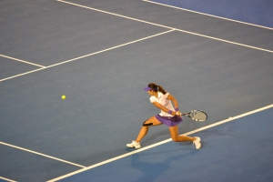 Li Na returns serve in the second set